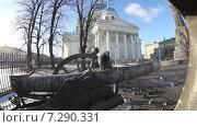 Голуби на стволе пушки (2015 год). Редакционное видео, видеограф Геннадий Георгевич Руденко / Фотобанк Лори