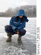 Купить «Молодой рыболов на зимней рыбалке», эксклюзивное фото № 7291535, снято 30 ноября 2014 г. (c) Елена Коромыслова / Фотобанк Лори