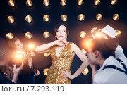 Купить «Суперзвезда позирует для папарацци», фото № 7293119, снято 22 июля 2018 г. (c) Дарья Петренко / Фотобанк Лори