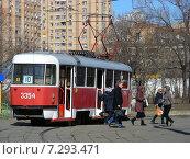 Городской трамвай 10 маршрута на остановке. Новощукинская улица. Москва, эксклюзивное фото № 7293471, снято 27 марта 2015 г. (c) lana1501 / Фотобанк Лори