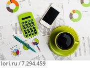 Купить «Концепция технологий на рабочем месте бизнесмена. Смартфон, чашка кофе и офисные принадлежности», фото № 7294459, снято 17 апреля 2015 г. (c) Валерия Потапова / Фотобанк Лори