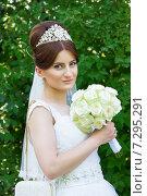 Портрет невесты на фоне зеленый листвы. Стоковое фото, фотограф Emelinna / Фотобанк Лори