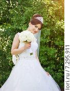 Портрет невесты с букетом на фоне зеленый листвы. Стоковое фото, фотограф Emelinna / Фотобанк Лори