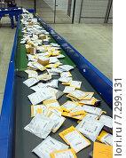 Купить «Малые почтовые пакеты на конвейере (фокус по центру)», эксклюзивное фото № 7299131, снято 7 апреля 2015 г. (c) Константин Косов / Фотобанк Лори