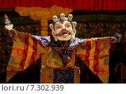 Монах в маске исполняет священный танец масок Цам (Cham dance) на буддийском фестивале в монастыре Курча (Карша) в Гималаях, в Занскаре, северная Индия (2012 год). Стоковое фото, фотограф Олег Иванов / Фотобанк Лори