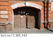 Купить «Город Тюмень. Старые ворота в дом Замятина на улице  Первомайская, 32», фото № 7305143, снято 29 июня 2013 г. (c) Александр Тараканов / Фотобанк Лори