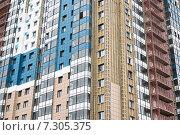 Купить «Фрагмент современного жилого здания в период монтажа вентилируемого фасада», фото № 7305375, снято 20 апреля 2015 г. (c) Родион Власов / Фотобанк Лори