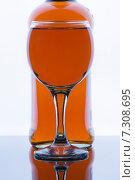 Бокал с вином на  фоне бутылки. Стоковое фото, фотограф Роман Червов / Фотобанк Лори
