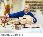 Купить «craftsman working with unfinished guitar», фото № 7310415, снято 21 июля 2019 г. (c) Яков Филимонов / Фотобанк Лори