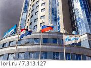 Купить «Флаги на фоне  административно-диспетчерского корпуса «Газпром Трансгаз Самара»», фото № 7313127, снято 26 апреля 2015 г. (c) FotograFF / Фотобанк Лори