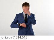 Купить «Молодой бизнесмен посмотрел на часы и закрыл глаза рукой», фото № 7314515, снято 19 апреля 2015 г. (c) Ивашков Александр / Фотобанк Лори