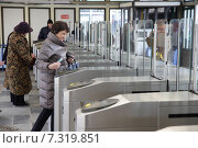 Купить «Москва, пригородные кассы Ярославского вокзала люди проходят через турникеты», эксклюзивное фото № 7319851, снято 24 апреля 2015 г. (c) Дмитрий Неумоин / Фотобанк Лори