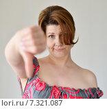 Купить «Разочарованная женщина показывает жест большой палец вниз», фото № 7321087, снято 25 апреля 2015 г. (c) Володина Ольга / Фотобанк Лори
