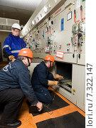 Купить «Обслуживание электрооборудования», фото № 7322147, снято 4 марта 2015 г. (c) Владимир Мельников / Фотобанк Лори