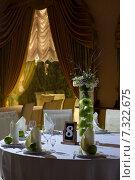 Стол в ресторане, украшенный яблоками и цветами. Стоковое фото, фотограф Наталья Слюсаренко / Фотобанк Лори