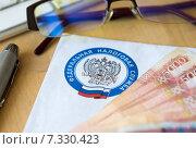 Купить «Письмо из налоговой и деньги», эксклюзивное фото № 7330423, снято 21 июня 2019 г. (c) Екатерина Тимонова / Фотобанк Лори