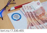 Купить «Письмо из налоговой и деньги», эксклюзивное фото № 7330455, снято 15 августа 2018 г. (c) Екатерина Тимонова / Фотобанк Лори