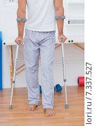 Купить «Patient standing with crutch», фото № 7337527, снято 15 января 2015 г. (c) Wavebreak Media / Фотобанк Лори