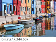 Купить «Venice Burano island canal small colored houses and the boats in sunny summer day.», фото № 7344607, снято 16 октября 2018 г. (c) BE&W Photo / Фотобанк Лори