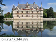 Chateau d'Azay-le-Rideau and peaceful reflection it is one of the earliest French Renaissance chateaux and list as an UNESCO world heritage site. Стоковое фото, агентство BE&W Photo / Фотобанк Лори