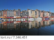 Купить «Honfleur harbour in Normandy France. Color houses and their reflection in water.», фото № 7346451, снято 15 августа 2018 г. (c) BE&W Photo / Фотобанк Лори