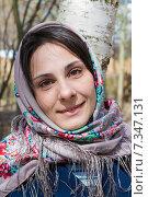 Купить «Красивая девушка в платке около дерева», фото № 7347131, снято 25 апреля 2015 г. (c) Дмитрий Шкурин / Фотобанк Лори