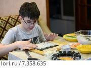 Подросток делает суши. Готовим дома. Стоковое фото, фотограф Данилова Наталья / Фотобанк Лори