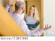 Man answer questions of worker. Стоковое фото, фотограф Яков Филимонов / Фотобанк Лори