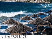 Морской приплыв на фоне пляжных зонтов. Стоковое фото, фотограф eva cuba air / Фотобанк Лори