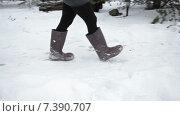 Купить «Прогулка по снегу в валенках к крыльцу деревенского дома, зима», видеоролик № 7390707, снято 11 февраля 2015 г. (c) Кекяляйнен Андрей / Фотобанк Лори