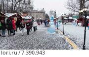 Купить «Торговые павильоны на территории ВДНХ, люди гуляют на новогодние праздники. Москва», видеоролик № 7390943, снято 10 февраля 2015 г. (c) Кекяляйнен Андрей / Фотобанк Лори