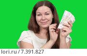 Улыбающаяся женщина держит пачку российских рублей в руке, пересчитывает их и смотрит в камеру, зеленый изолированный фон. Стоковое видео, видеограф Кекяляйнен Андрей / Фотобанк Лори