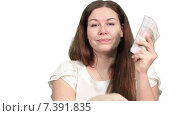 Купить «Женщина выбирает между наличными деньгами и кредитной картой, белый фон», видеоролик № 7391835, снято 5 марта 2015 г. (c) Кекяляйнен Андрей / Фотобанк Лори