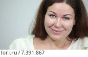 Купить «Улыбающаяся девушка крупным планом», видеоролик № 7391867, снято 4 марта 2015 г. (c) Кекяляйнен Андрей / Фотобанк Лори