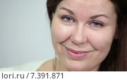 Купить «Лицо девушки с зелеными глазами и длинными волосами, крупный план», видеоролик № 7391871, снято 4 марта 2015 г. (c) Кекяляйнен Андрей / Фотобанк Лори