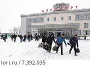 Купить «Пассажиры с багажом идут на фоне здания аэровокзала аэропорта Петропавловск-Камчатский», фото № 7392035, снято 19 марта 2015 г. (c) А. А. Пирагис / Фотобанк Лори