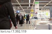 Выставка мебели в магазине Икеа. Торговый зал с покупателями (2015 год). Редакционное видео, видеограф Кекяляйнен Андрей / Фотобанк Лори