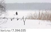 Купить «Зимняя рыбалка, рыбак на льду озера сидит на шарабане и ловит рыбу на ветру», видеоролик № 7394035, снято 12 февраля 2015 г. (c) Кекяляйнен Андрей / Фотобанк Лори