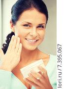 Купить «beautiful woman with moisturizing creme», фото № 7395067, снято 18 июня 2011 г. (c) Syda Productions / Фотобанк Лори