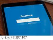 Купить «Логотип Facebook на экране планшета», фото № 7397107, снято 27 апреля 2015 г. (c) Александр Лычагин / Фотобанк Лори