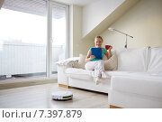 happy woman with tablet pc drinking tea at home. Стоковое фото, фотограф Syda Productions / Фотобанк Лори
