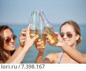 Купить «close up of happy young women with drinks on beach», фото № 7398167, снято 26 июля 2014 г. (c) Syda Productions / Фотобанк Лори