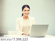 Купить «happy woman with laptop computer», фото № 7398223, снято 18 июня 2011 г. (c) Syda Productions / Фотобанк Лори