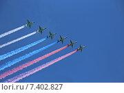 Купить «Шесть самолетов Су-25 выпускают дым цветов российского флага на генеральной репетиции парада в честь Дня Победы, Москва», эксклюзивное фото № 7402827, снято 7 мая 2015 г. (c) Алексей Гусев / Фотобанк Лори