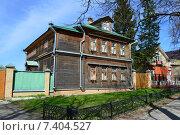Купить «Старый деревянный двухэтажный жилой дом в Сергиевом Посаде Московской области», эксклюзивное фото № 7404527, снято 7 мая 2015 г. (c) lana1501 / Фотобанк Лори