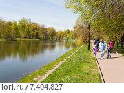 Люди гуляют в Екатерининском парке. Москва. Весна (2015 год). Редакционное фото, фотограф Михаил Грушин / Фотобанк Лори