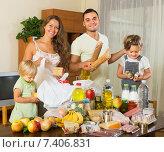 Купить «Parents and children with food», фото № 7406831, снято 17 июля 2018 г. (c) Яков Филимонов / Фотобанк Лори