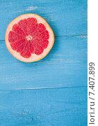 Грейпфрут на голубом столе. Стоковое фото, фотограф Ольга Бавыкина / Фотобанк Лори
