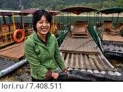 Купить «Девушка азиатка пришвартовывает бамбуковый плот к пирсу и улыбается, причал на реке Лицзян, у деревни Ян Ди, окрестности Гуйлиня, провинция Гуанси, Китай», фото № 7408511, снято 29 марта 2010 г. (c) Владимир Григорьев / Фотобанк Лори