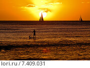 Закат над пляжем Вайкики, Гонолулу, остров Оаху, Гавайи (2014 год). Стоковое фото, фотограф Андрей Кочкин / Фотобанк Лори